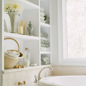 Shelves to store towels close to the bathtub