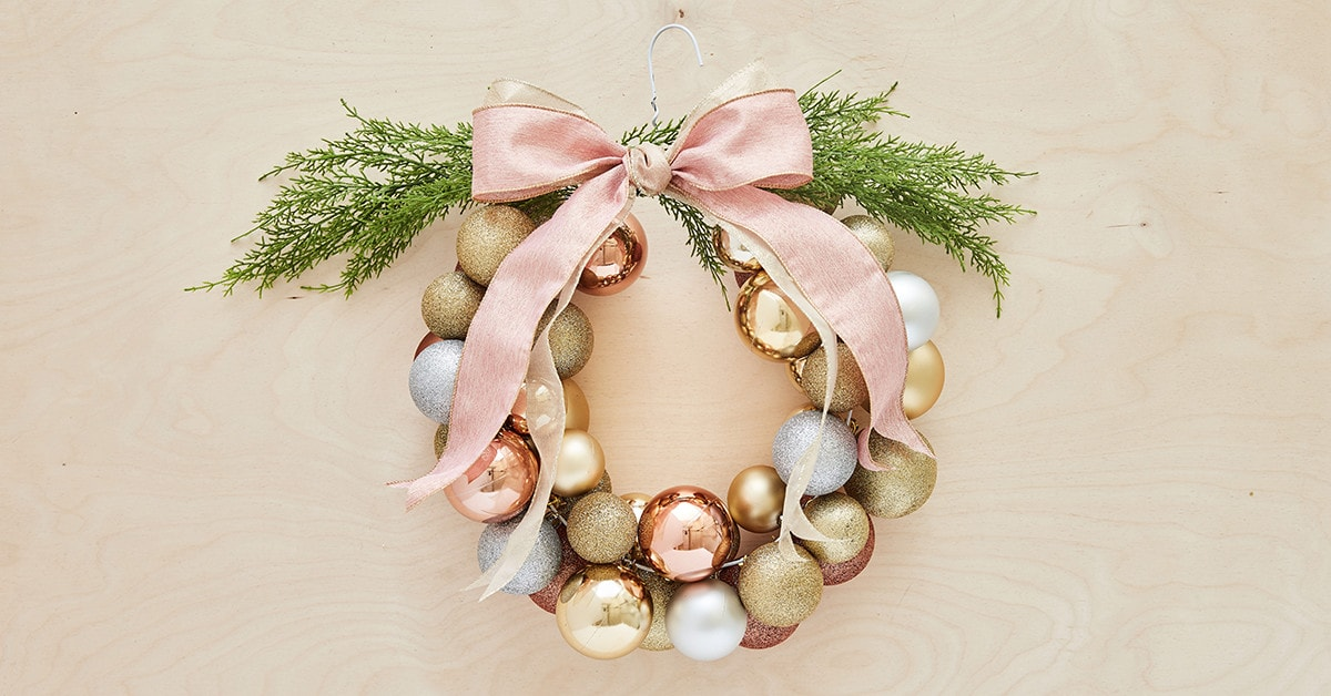 How to create a Christmas ball wreath in less than an hour