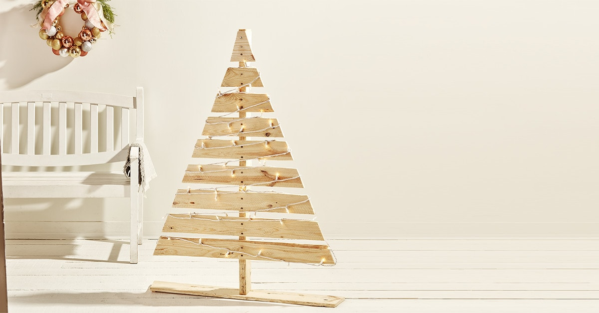 How to build a Christmas tree with a wood pallet in only 8 steps