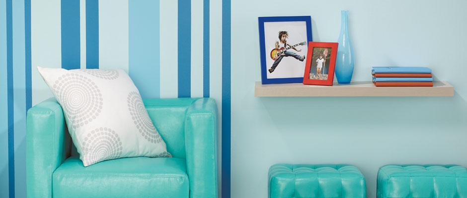 Maison Contemporaine Bois Acier : Papier peint et peinture de couleur vive pour dynamiser une pièce