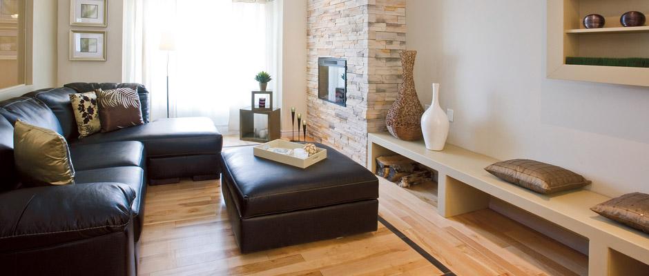 Salon tendance avec divan en coin et foyer électrique
