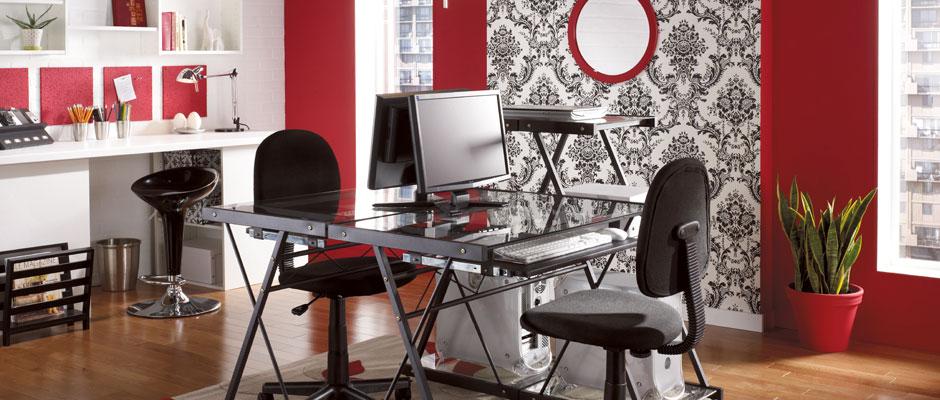 Bureau fonctionnel et moderne avec accessoires rouge et noir