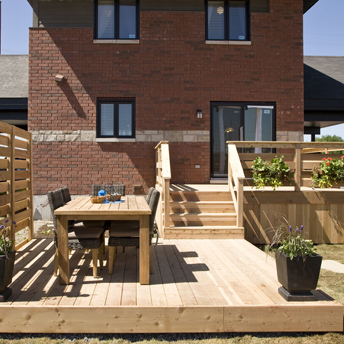 Plan the construction of a deck planning guides rona for Plan de patio exterieur en bois